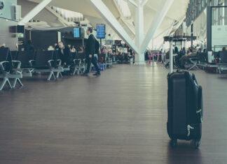 małą walizkę na kółkach